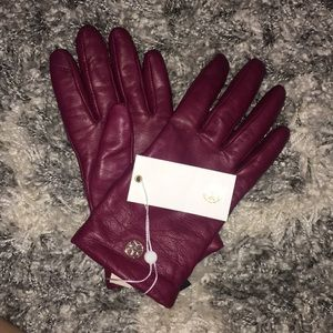 BNWT Tory Burch leather tech maroon gloves!